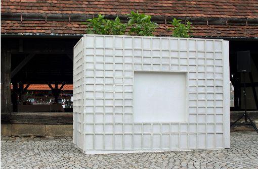 kunst in der metzinger innenstadt gro banken als xxl blumenk bel kultur stuttgarter zeitung. Black Bedroom Furniture Sets. Home Design Ideas