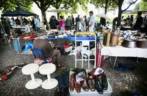 leonberg gro er flohmarkt auf dem historischen marktplatz landkreis b blingen stuttgarter. Black Bedroom Furniture Sets. Home Design Ideas