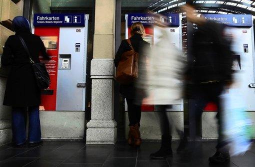 Bahn-Card-Inhaber, die mit dem Bus zum nächsten Bahnhof fahren, brauchen für ihre Reise von und auf die Filder zwei Tickets. Foto: ddp