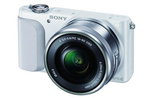 Klein und handlich: Systemkameras wie die Sony NEX-3N sind für viele die perfekten Begleiter für den Urlaub. Foto: Sony