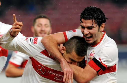 Vedad Ibisevic und Serdar Tasci (von links) freuen sich über das glückliche 2:1 für den VfB Stuttgart Foto: dpa