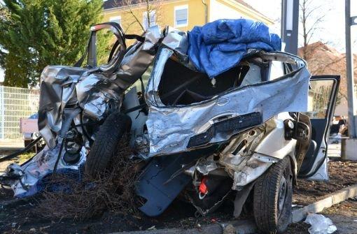 29-Jährige bei Autounfall im badischen Waghäusel getötet. Eine 46-Jährige war der Frau sehr schnell von hinten ins Auto gefahren. Die 29-Jährige schleuderte mit ihrem Wagen gegen einen Baum.  Foto: dpa