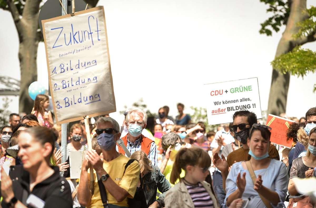 Demonstration in Stuttgart: Eltern äußern ihre Kritik an der Kultusministerin auf der Straße