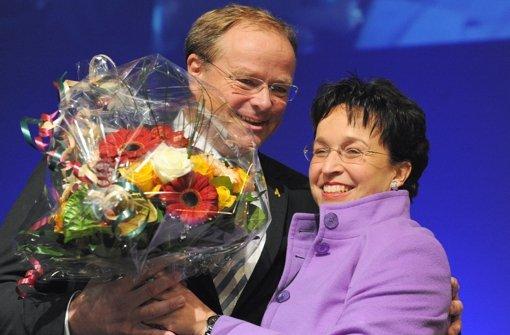 FDP-Landeschefin Birgit Homburger gratuliert Dirk Niebel zur Spitzenkandidatur. Foto: dpa