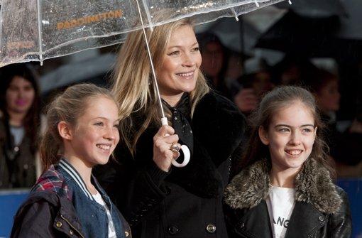 Kate Moss schaut den Film mit Lila Grace
