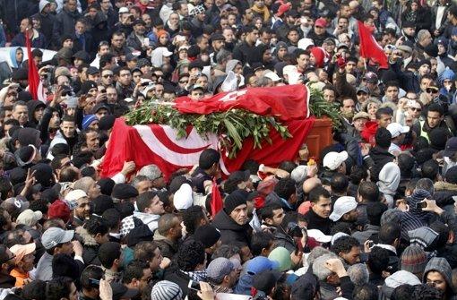Zehntausende waren  beim Trauermarsch für Chokri Belaid. Foto: dpa