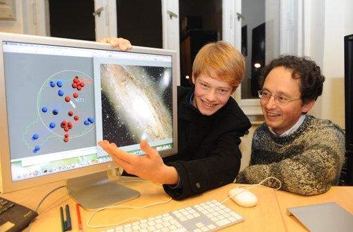 Neil Ibata präsentiert zusammen mit seinem Vater seine Forschungsergebnisse. Foto: dpa