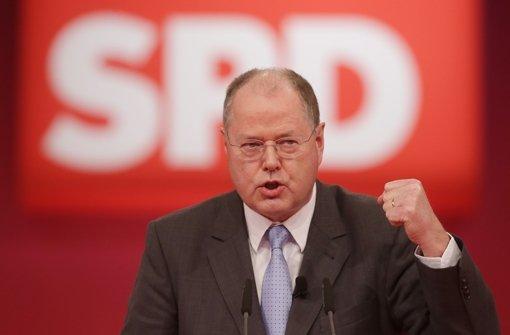 Fremdelt mitunter mit seiner Partei: Peer Steinbrück. Eindrücke von seiner  Wahl zum Kanzlerkandidaten am Sonntag auf dem Parteitag sehen Sie in der folgenden Bilderstrecke. Foto: dpa