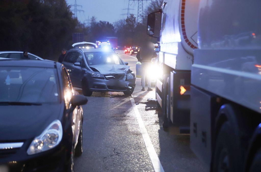 Unfall in Remseck - Zwei Autos und ein Lastwagen kollidieren - Stuttgarter Zeitung
