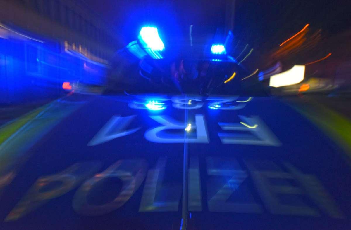 Vorfall bei Weinstadt: Radfahrer fährt nachts betrunken und ohne Licht auf der B29