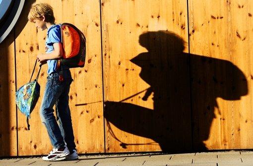 Ein Schatten lang lange auf dem Schulalltag des zwölfjährigen Leon Berger (im Bild ein anderer Schüler) Foto: dpa