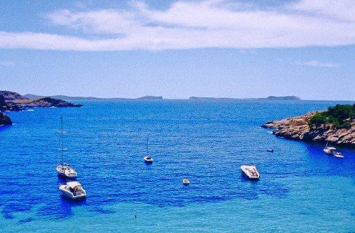Dreh- und Angelpunkt:  Eivissa Die Route führt zunächst im Uhrzeigersinn um die Insel Ibiza herum. Im Leihauto lernen Sie dabei die wichtigsten Highlights kennen, ehe Sie den Wagen abgeben, per Boot zur kleineren Nachbarinsel Formentera übersetzen und dort einen Inseltrip zu den Topspots starten. Schöne Ziele am Wegesrand verlocken dazu, die Route nach Belieben um Tage zu verlängern. Auch Wanderungen sind einplanbar. Startpunkt ist Ibizas Hauptstadt  Eivissa, die Sie zwischen Hafen und mauerumzogenem Altstadthügel ins Schwitzen bringt. In Kneipen, Cafés und Restaurants stocken Sie die verlorenen Kalorien wieder auf - die herrlichen Ausblicke gibt's umsonst dazu. Von Eivissa geht es quer durch die Salinen - mit Blick auf glitzernde Wasserflächen und Salzberge - zu den ersten Topstränden  Platja d'es Cavallet und  Platja de Ses Salines. Auf zum Bergthron Weniger zum Schwimmen als wegen der Aussicht empfiehlt sich ein Zusatzabstecher zur  Platja d'es Codolar. Ein grandioser Perspektivwechsel folgt bei  Sant Josep de sa Talaia mit der Auffahrt auf Ibizas Bergthron Sa Talaia. Die Alternative ist der schweißtreibende Aufstieg zu Fuß ab Sant Josep. In diesem Fall: Wasser nicht vergessen! Foto: Robert Harding World Imagery