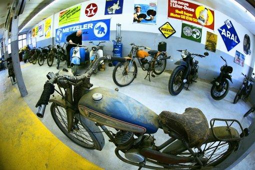 Neben Autos werden auch Zweirad-Raritäten präsentiert Foto: Rudel