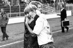 bJürgen Sundermann/b trainierte die Stuttgarter Kickers in der Saison 1982/83. Hier sehen wir den Trainer (links), der wegen seiner Erfolge beim VfB Stuttgart auch als Wundermann bezeichnet wurde, mit Jürgen Klinsmann, einem seiner damaligen Kickers-Schützlinge.br Foto: Pressefoto Baumann