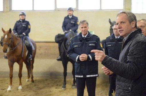 Gall hält an Polizeipferden fest