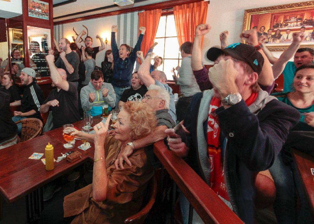 Stadionatmosphäre In Kneipen Fans Leiden Und Feiern Mit Dem Vfb