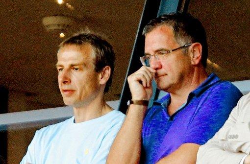 Roland Eitel (rechts) und Jürgen Klinsmann bei einem Spiel des VfB Stuttgart. Seit 1990 kümmert sich Eitel um die Medienarbeit des Weltstars. Foto: Baumann