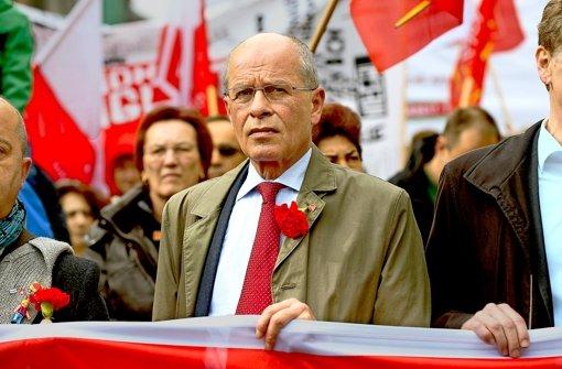 IG-Metall-Chef Berthold Huber marschiert an der Spitze des Protestzugs durch die Stuttgarter Innenstadt. Foto: dpa