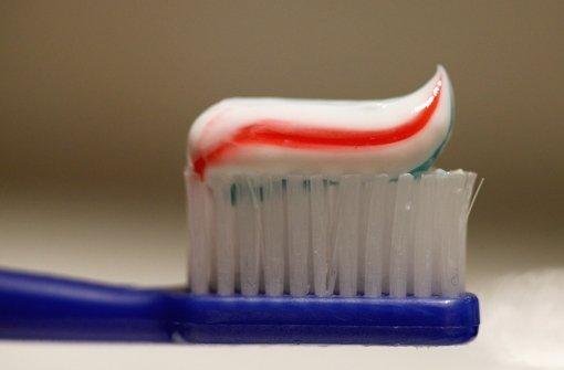 Ob Streifen oder nicht – bei der Zahnpasta ist wichtig, dass Fluorid enthalten ist. Foto: dpa