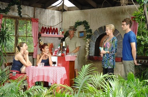 An Tag Zwölf luden Sonja Zietlow und Daniel Hartwich (rechts) die Dschungelbewohner Claudelle Deckert und Fiona Erdmann (von links nach rechts) zum Italiener. Foto: RTL