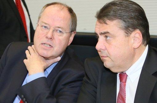 Parteichef  Sigmar Gabriel (r.) und die SPD-Fraktion legen sich  ins Zeug, um Peer Steinbrück (l.) aus der Bredouille herauszupauken Foto: dpa