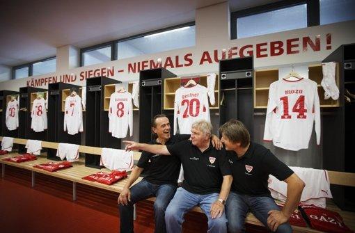 Günther Schäfer, Peter Reichert und  Jürgen Sundermann fühlen sich in der VfB-Kabine sichtlich wohl. Foto: Gottfried Stoppel