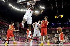 Das US-Dream Team hat erwartungsgemäß olympisches Gold im Basketball geholt. Gegen Spanien war NBA-Star LeBron James überragend. Doch einfach war das Match, das die USA mit 107:100 gegen tapfer kämpfende Spanier gewinnen, keinesfalls. Das zeigt auch der große Jubel der NBA-Stars nach dem Titelgewinn.  Foto: AP