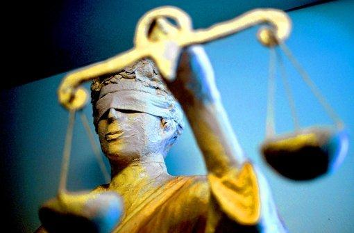 Trotz verbundener Augen – auch Justizia kann sich irren. Foto: dpa