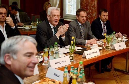 Im Kampf gegen öffentliche Saufgelage halten Ministerpräsident Winfried Kretschmann (Grüne, Mitte) und Innenminister Reinhold Gall (SPD, zweiter von rechts) trotz Kritik am Thema Alkoholverbote fest. Foto: dpa