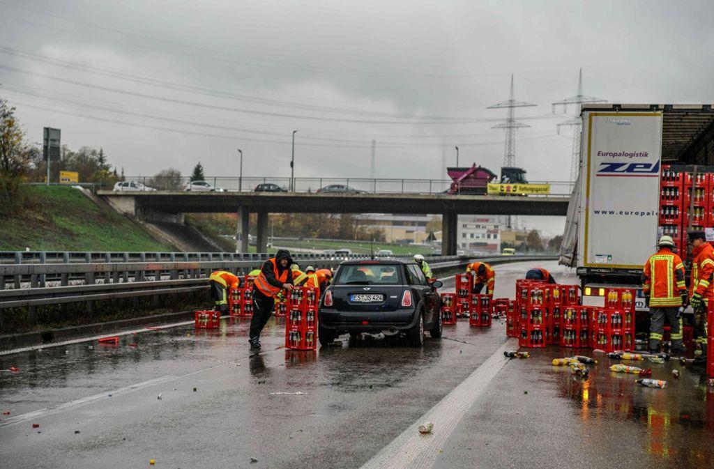 Verkehrschaos bei Plochingen - Sattelzug verliert Getränkekisten - Stuttgarter Zeitung