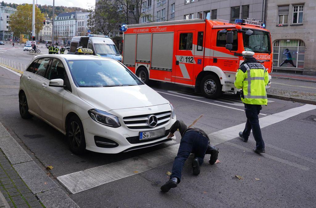 Unfall in Stuttgart-Mitte - Trotz Blaulicht und Martinshorn – Taxifahrer übersieht Feuerwehr - Stuttgarter Zeitung