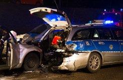 Ein Auto ist in der Nacht zum Sonntag bei Fellbach (Rems-Murr-Kreis) auf einen Streifenwagen aufgefahren, als die Polizisten gerade eine Unfallstelle auf der Gegenfahrbahn absicherten.  Foto: www.7aktuell.de | Dan Becker