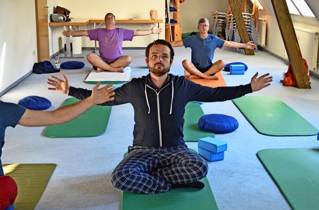 ausprobiert in filderstadt beim m nner yoga ist jeder allein landkreis esslingen. Black Bedroom Furniture Sets. Home Design Ideas