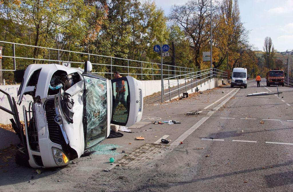 Stuttgart-Münster: Auto prallt gegen Ampelmast und überschlägt sich ...
