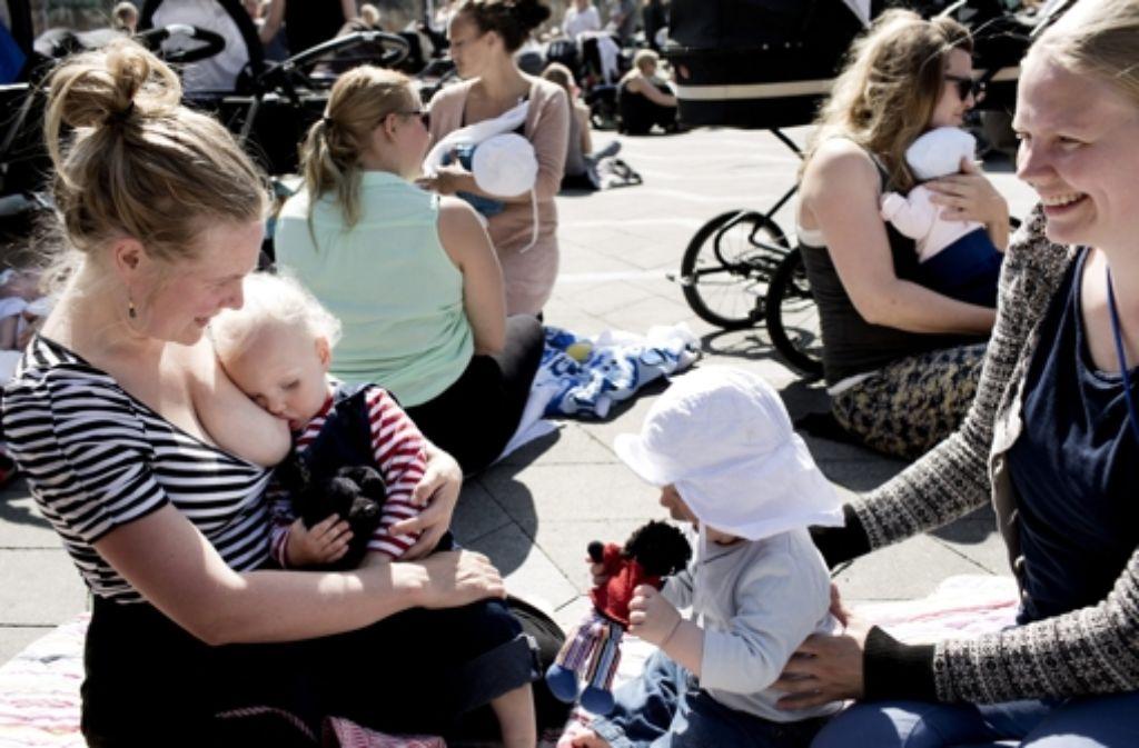 Dänische Mütter protestieren: Still-In auf dem