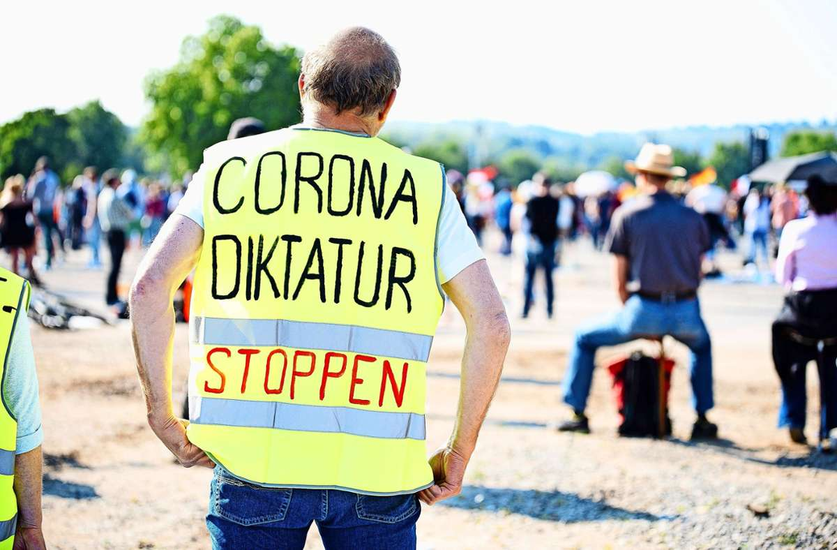 "Protest gegen Corona-Maßnahmen in Stuttgart: Demo der Initiative  ""Querdenken 711"" zieht weniger Menschen an - Stuttgart - Stuttgarter Zeitung"