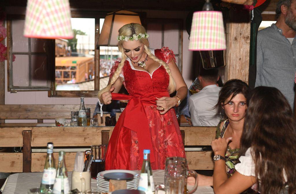 Lady in Red: Daniela Katzenberger wählte für ihren Besuch ...