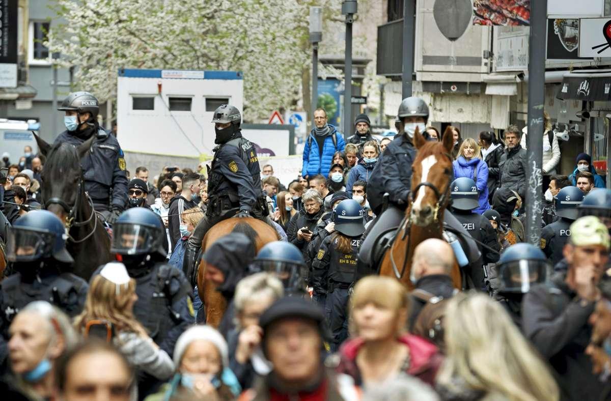 Bilanz-zum-Demo-Samstag-in-Stuttgart-Polizei-zeigt-700-Querdenkern-Grenzen-auf