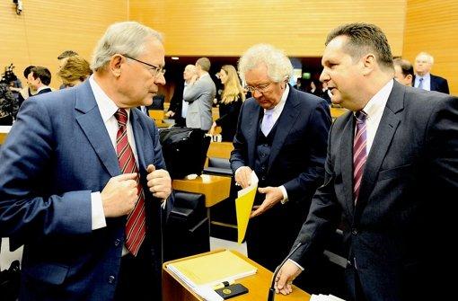 Müller (links) am Rande einer Ausschusssitzung im Gespräch mit Mappus (rechts) Foto: dpa