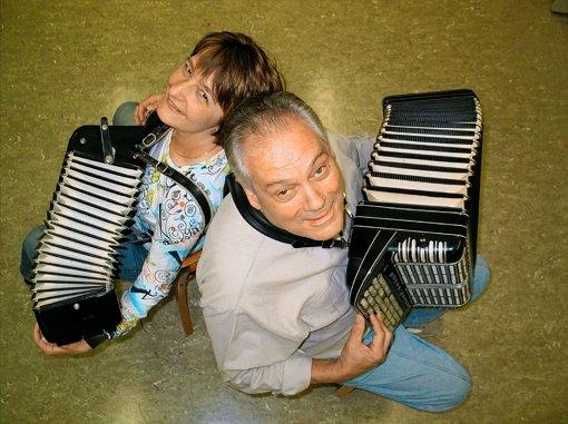 Werner Schmidt und Andrea Willy-Polinski vom Handharmonika-Spielring freuen sich stets über neue Mitspieler. Foto: Susanne Müller-Baji