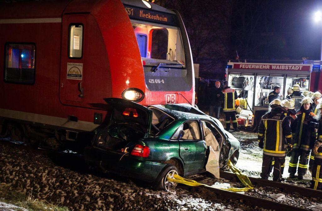 Bei der Kollision mit einer S-Bahn in Waibstadt ist ein 53-jähriger Autofahrer
