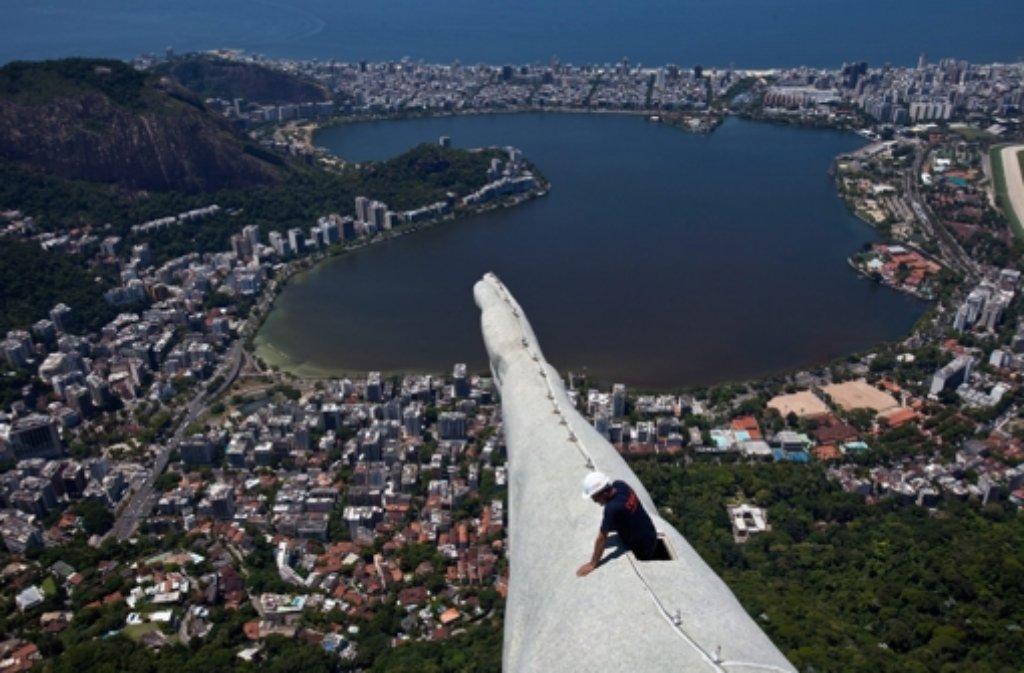 Christus Statue In Rio Blitz Reparatur In Luftiger Höhe Panorama