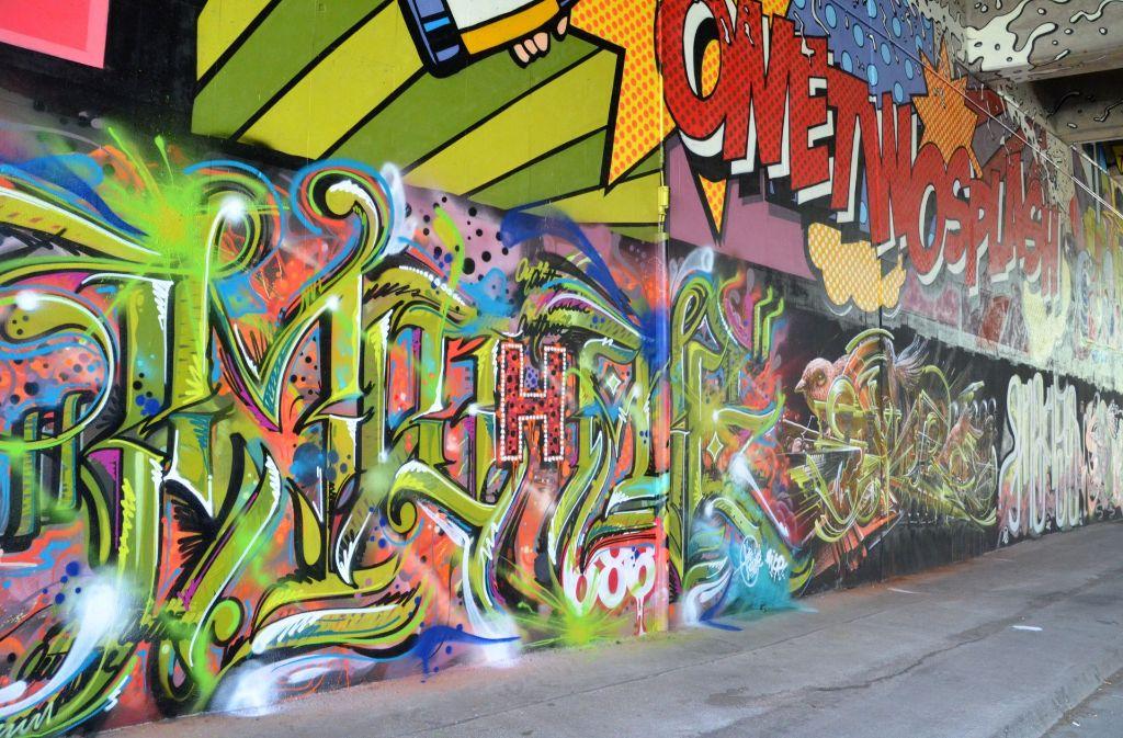 graffiti wand in stuttgart vaihingen verg ngliche kunst unter der autobahn vaihingen. Black Bedroom Furniture Sets. Home Design Ideas