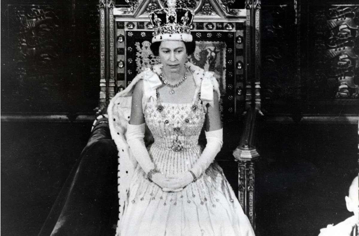Prinzessin Beatrices Vintage Hochzeit Hier Tragt Die Queen Das Brautkleid Ihrer Enkelin Panorama Stuttgarter Zeitung