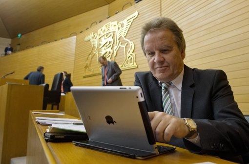 Umweltminister Franz Untersteller (Grüne) nahm am Donnerstag in Stuttgart mehr als 1000 Klimaschutz-Empfehlungen von Bürgern entgegen. Foto: dpa