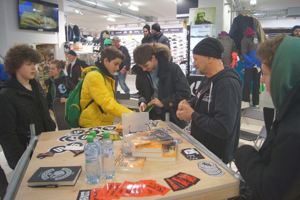 44a637ed29bfac Skateboard-Pionier und Firmengründer Titus Dittmann stattet der Stuttgarter  Titus-Filiale einen Besuch ab
