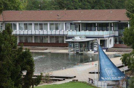 Das Dach des Schwimmbads ist Foto: Zweygarth