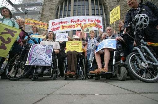 Vor dem Bahnhof haben Rollstuhlfahrer demonstriert. Foto: Achim Zweygarth