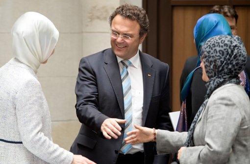 Bundesinnenminister Friedrich begrüßt Teilnehmerinnen der Islamkonferenz Foto: dpa