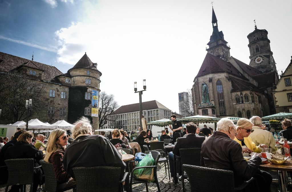 cab147ff3eb287 Von den Außensitzplätzen der Alten Kanzlei aus kann man das Treiben auf dem  Schillerplatz gut beobachten